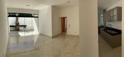 Sala conjugada com cozinha e área externa