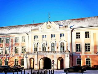 Eesti Tulevikuerakond andis riigikogule üle petitsiooni kõrgemate riigiteenijate palkade vähendamise