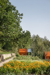 corten-steel-and-glass-cabins-for-crowd-