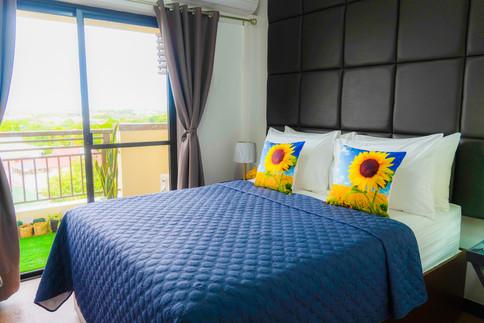 """Masterbedroom - Queen Bed Premium 13"""" mattress"""