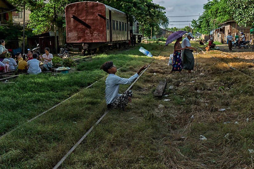Waiting for train's arrival, Thayaezay Train Station, Mandalay