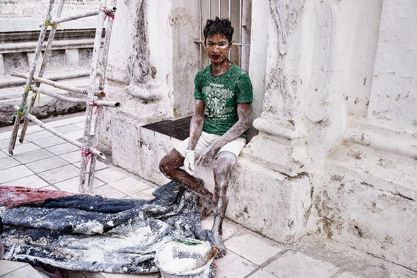 Painting worker, Kuthodaw Pagoda, Mandalay