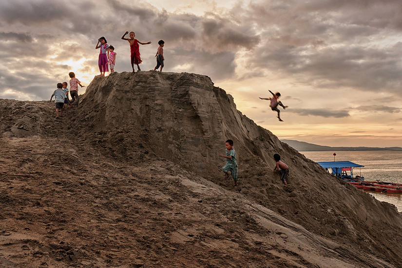 Kids play, Ayeyarwady Riverside, Mandalay