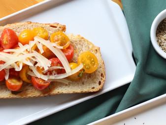 Bruschetta de tomatinhos e jambu
