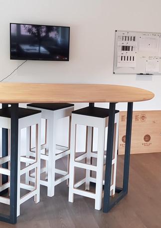 Table haute bureau plateau hévéa et pied bois teinté carbone
