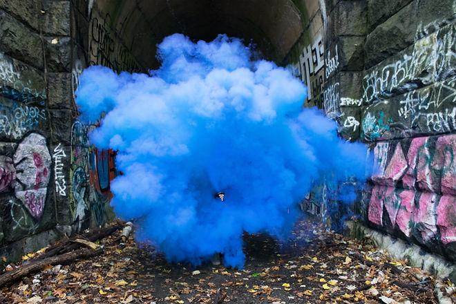 Blau Farbiger Rauch in einer Gasse