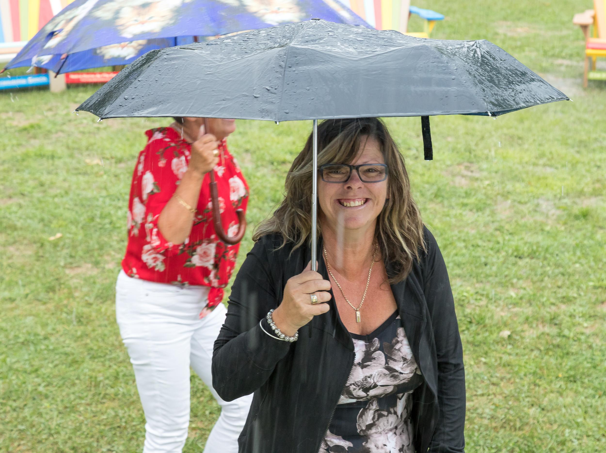 foules_sourire_parapluie