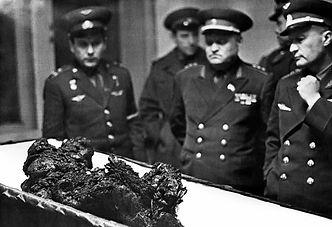 nazis_militaire_déchet_civière.jpg