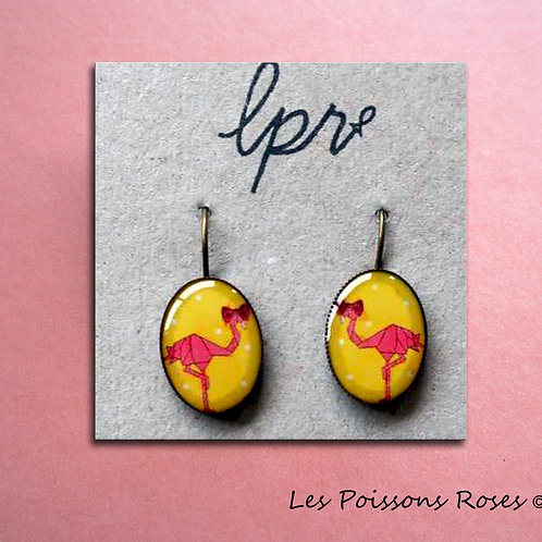Flamants roses sur fond jaune
