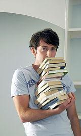 תלמיד מחזיק ערימת ספרים
