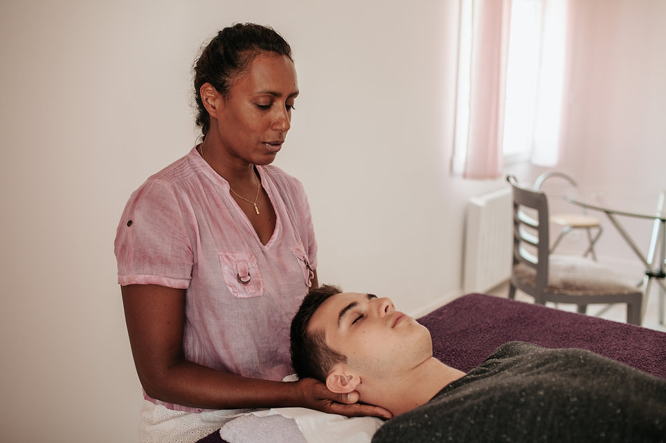 Mary-jane Lindor pratiquant l'ostéopathie