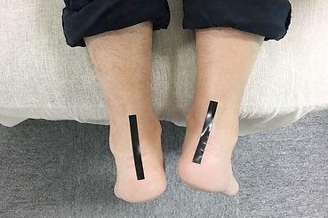 足の長さが違う