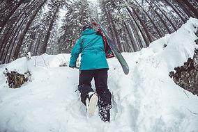 Snowboarder que recorren a través de la