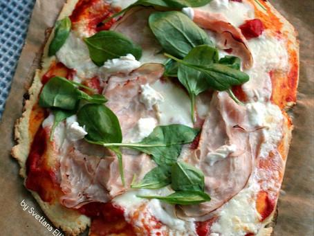 Деревенская пицца с бурратой, прошутто котто и шпинатом.