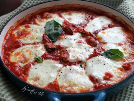 Мидии, запеченные с томатным соусом и моцареллой.