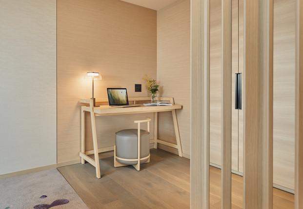 Fraser Suites Akasaka, Tokyo_Corner Deluxe (Rm2212)_Desk (wide).jpg