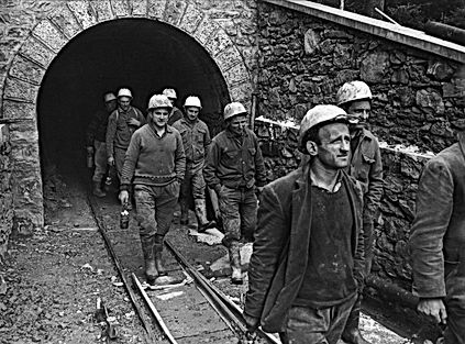 Minatori escono dalla Miniera Gaffione di Schilpario, fotografia storica