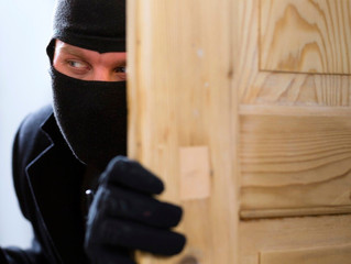 Qué hacer si llego a casa y sospecho que hay alguien indeseado dentro