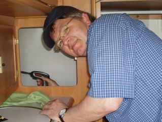 Otto Hess doing repair work on my caravan - bei der Reparatur an meinem Wohnwagen