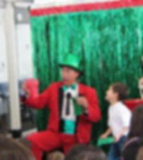 Mago Alirin vestido de rojo con sombrero verde