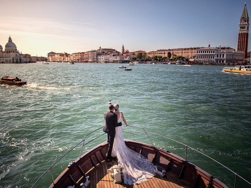 Pre-wedding photo-session and symbolic wedding on a boat across the lagoon.