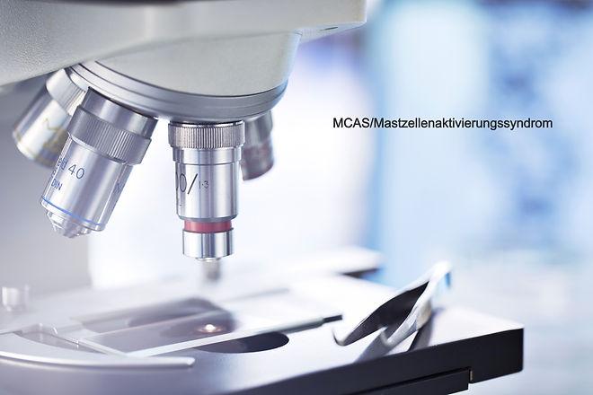 Mikroskop mit dem Schriftzug MCAS/Mastzellenaktivierungssyndrom