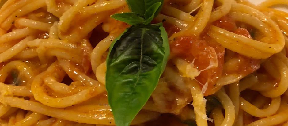 Spaghetti pomodoro e basilico - Spaghetti with tomato sauce and basil