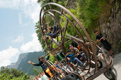 spectacle musicale deambulatoire avec roue geante