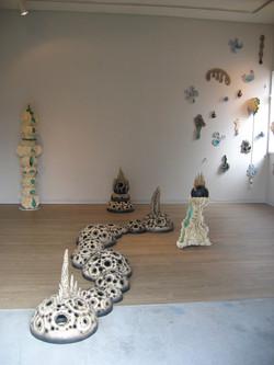 2004「黒い∞」展示風景、径40cm×∞、陶.JPG