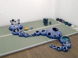 2007「アートなお茶事展示風景」45×41×∞cm、陶.jpg