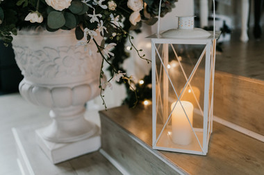A close-up of a candle and flowers, one of the many fine details you will see during your Nordic wedding at Lolland Island.
