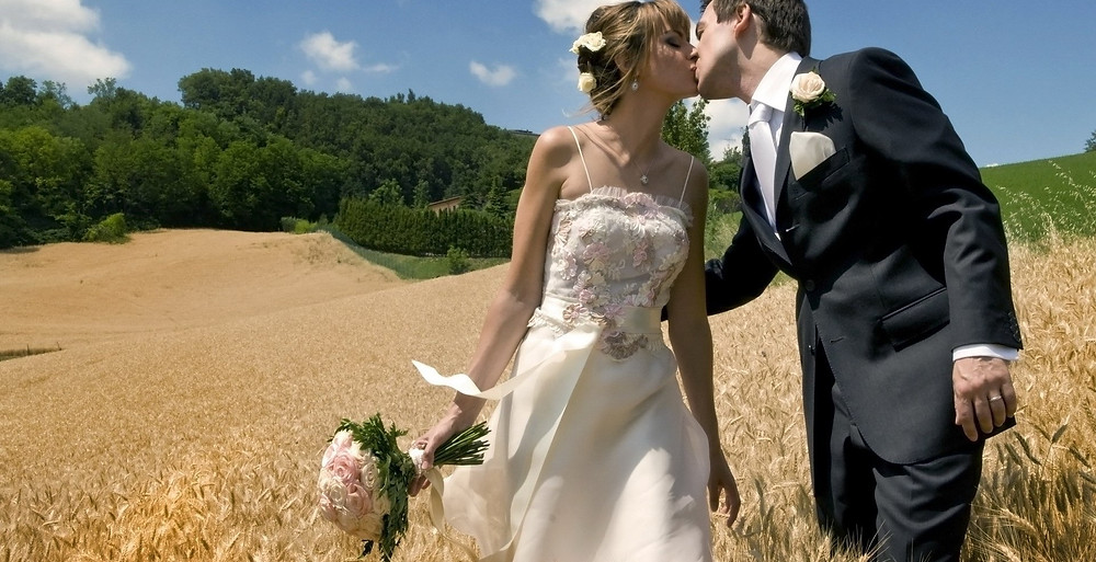 Groom-kissing-a-bride-at-the-field
