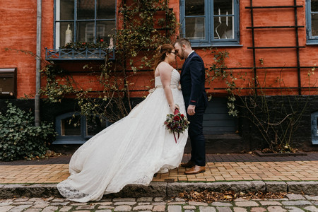 the-bride-and-the-groom-stay-at-the-narrow-old-street