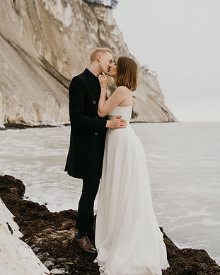 Newlyweds kissing in front of Møns Klint as they get married in Denmark, one of the most romantic and natural outdoor wedding venues for your small wedding abroad in Europe.