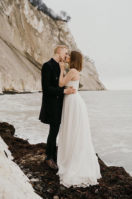 the-couple-kissing-on-Møn-island