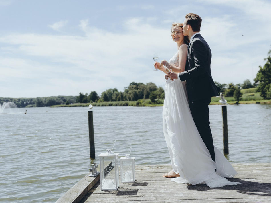 Hugging and drinking champagne by the Maribo Lake, this couple made the beautiful Maribo Nature Park their destination wedding venue.