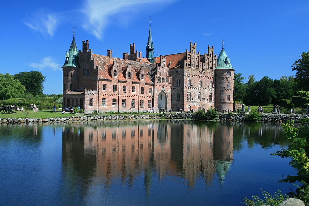 Egeskov castle is popular amongst couples that want to have a royal wedding shoot and get married in Denmark.