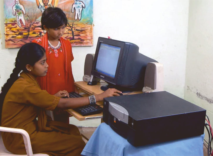 Mädchen am PC.jpg