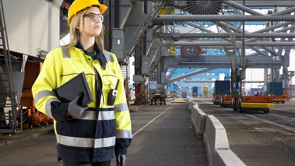 vrouwelijke havenwerker op inspectie
