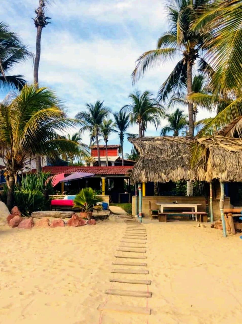 entrada hotel desde playa