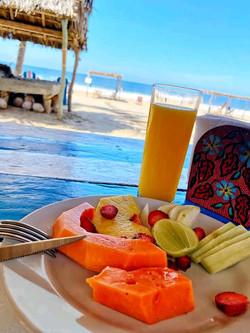 desayuno / Breakfast on the beach