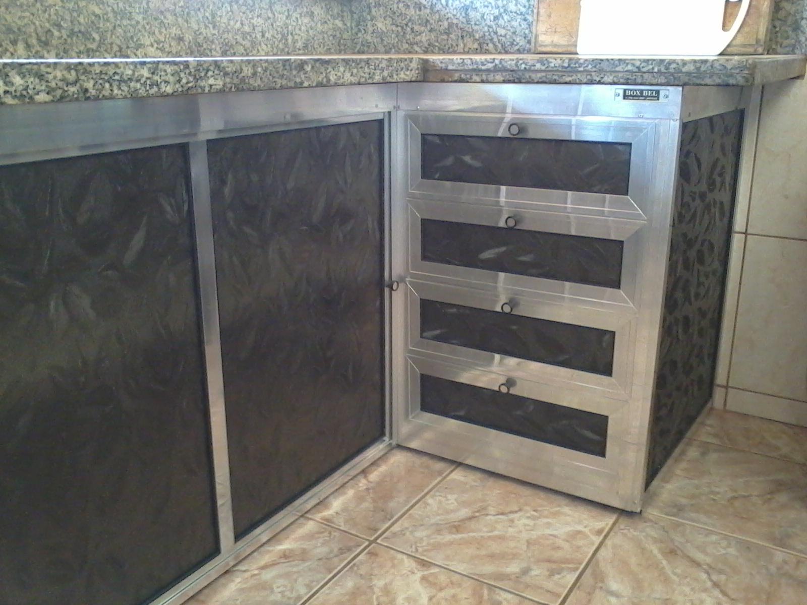 Gabinete em acrílico e alumínio
