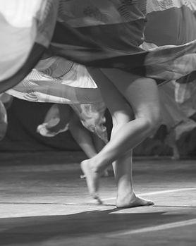 Femmes qui dansent_Mujeres que bailan_Women dancing_Pirouettes_Dar vueltas_Tourner_Danse jupe_Baile falda_Dance skirt_Pieds dansant_Feet dancing_Pies danzando_Pies bailando_Féminité en mouvement_Feminidad en movimiento_feminine dance_Danse féminine_Danza femenina