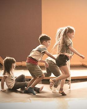 enfants qui courent, coordination motrice, jeu enfants, mouvement