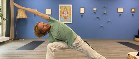 Satoki Hatha Yoga Utthita Parsvakonasana