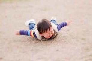 スマホパパ、子どもが転んで「ママ、どうしたらいい?」