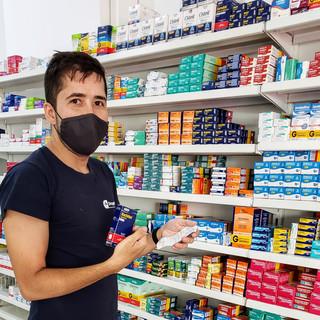 Felipe na separação dos medicamentos no setor de vendas