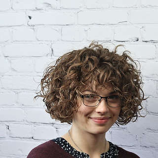 short_curly_hair_specialist_round_bangs_