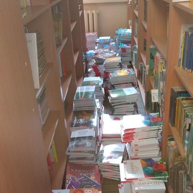 Jak wygląda w bibliotece szkolnej, kiedy jest nieczynna dla Czytelników? Między regałami, pod stolikami i na stołach, na podłodze, na biurku, dosłownie WSZĘDZIE są... podręczniki!