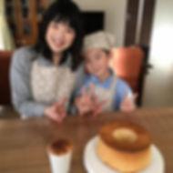 家族の笑顔とシフォンケーキ